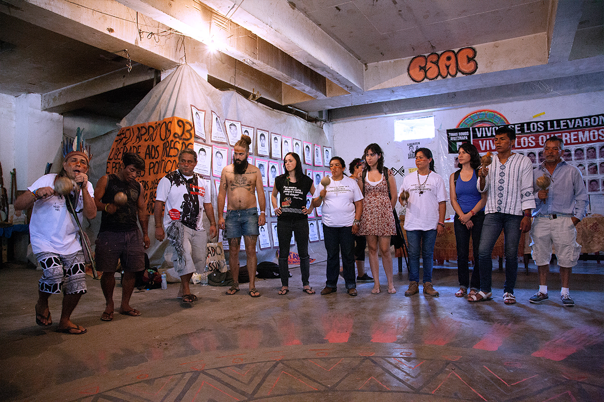 Familiares dos estudantes desaparecidos em Iguala, realizam atividade no CESAC junto com a Aldeia Maracanã — Foto: Rafael Daguerre