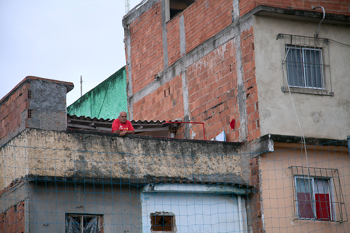 Alguns moradores da favela acompanhavam o Encontro Nacional em Manguinhos de suas casas — Foto: Rafael Daguerre