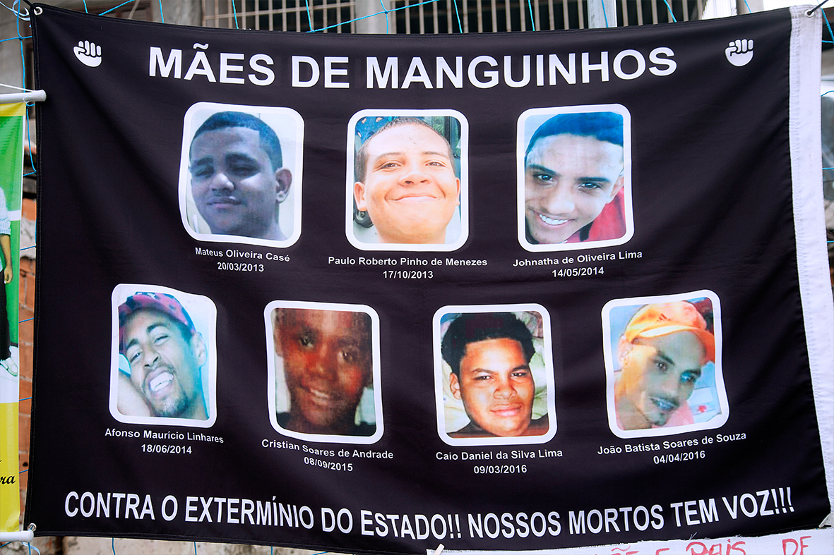 Faixa do movimento social 'Mães de Manguinhos' no Encontro Nacional na favela de Manguinhos — Foto: Rafael Daguerre
