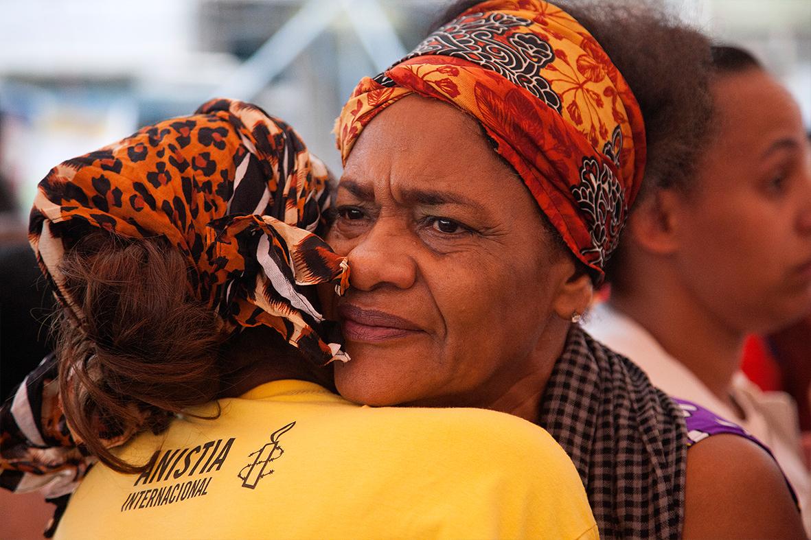 Emocionadas, mães se abraçam e juntam forças para a interminável luta contra o terrorismo de Estado — Foto: Rafael Daguerre