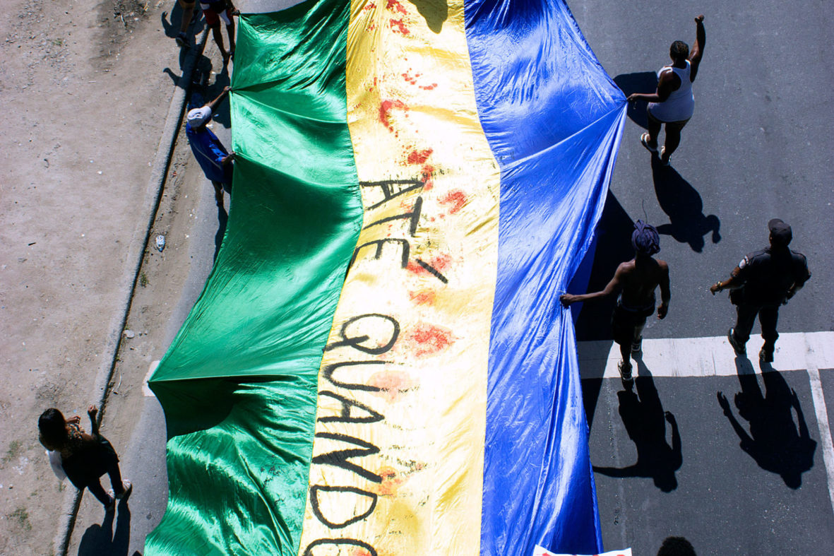 Moradores protestam contra a violência do Estado — Foto Rafael Daguerre