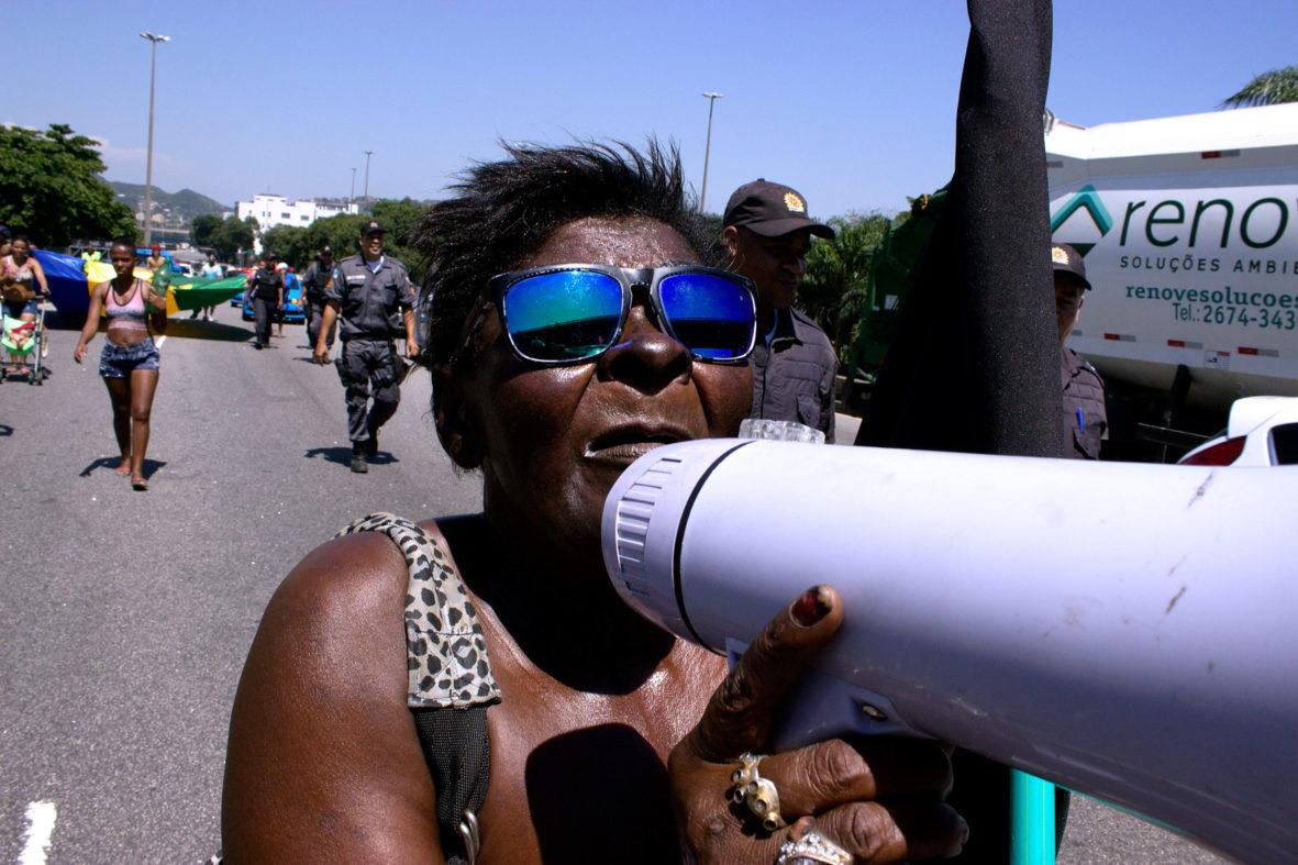 Moradora denuncia a violência do prefeito Eduardo Paes — Foto Rafael Daguerre