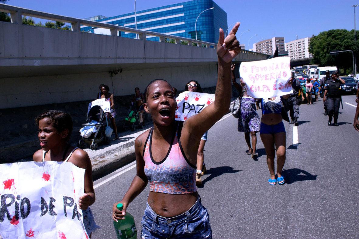 Moradora protesta contra a violência policial na favela — Foto Rafael Daguerre