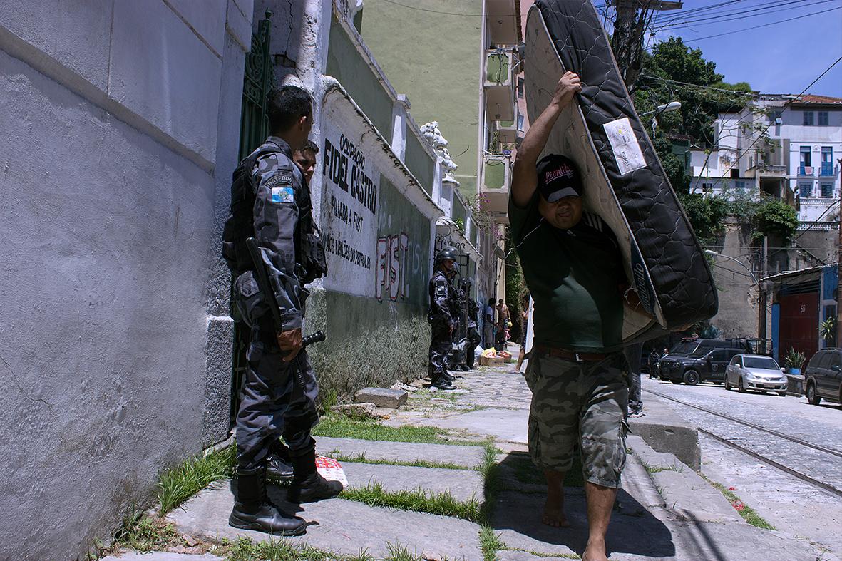 Moradores são obrigados a retirar seus pertences — Foto: Rafael Daguerre