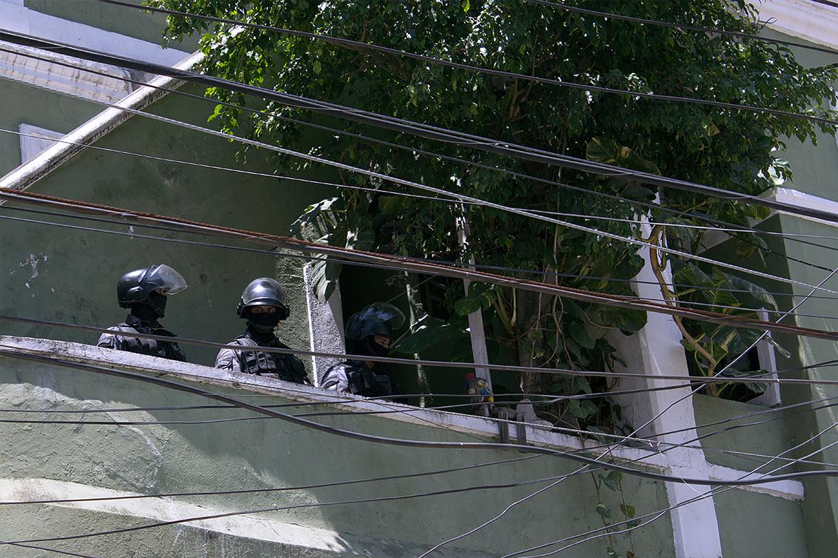 Policiais dentro da Ocupação Fidel Castro, em Santa Teresa — Foto: Rafael Daguerre
