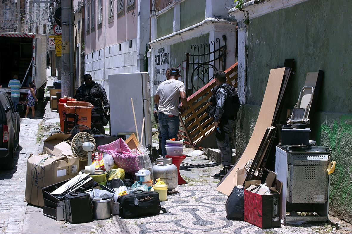 Sem ter para onde ir, pertences de moradores ficam na rua — Foto: Rafael Daguerre