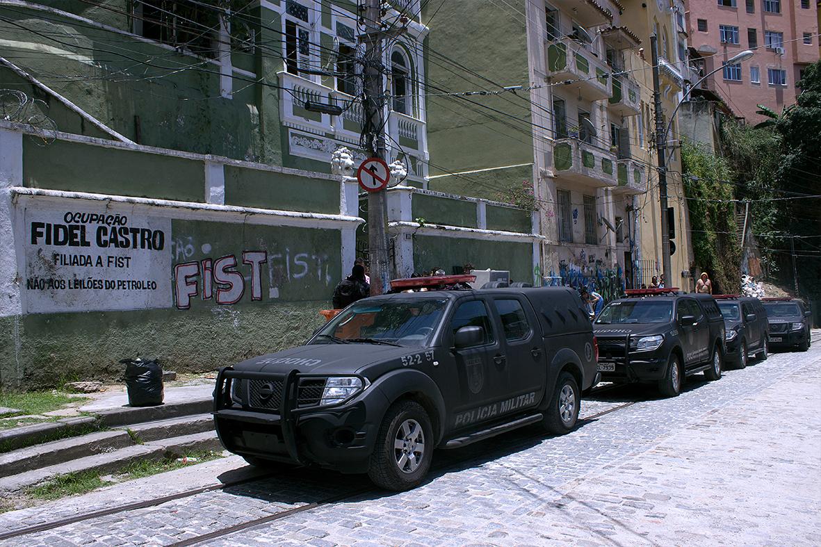 Ocupação Fidel Castro em Santa Teresa, cercada pelo Choque da PM — Foto: Rafael Daguerre