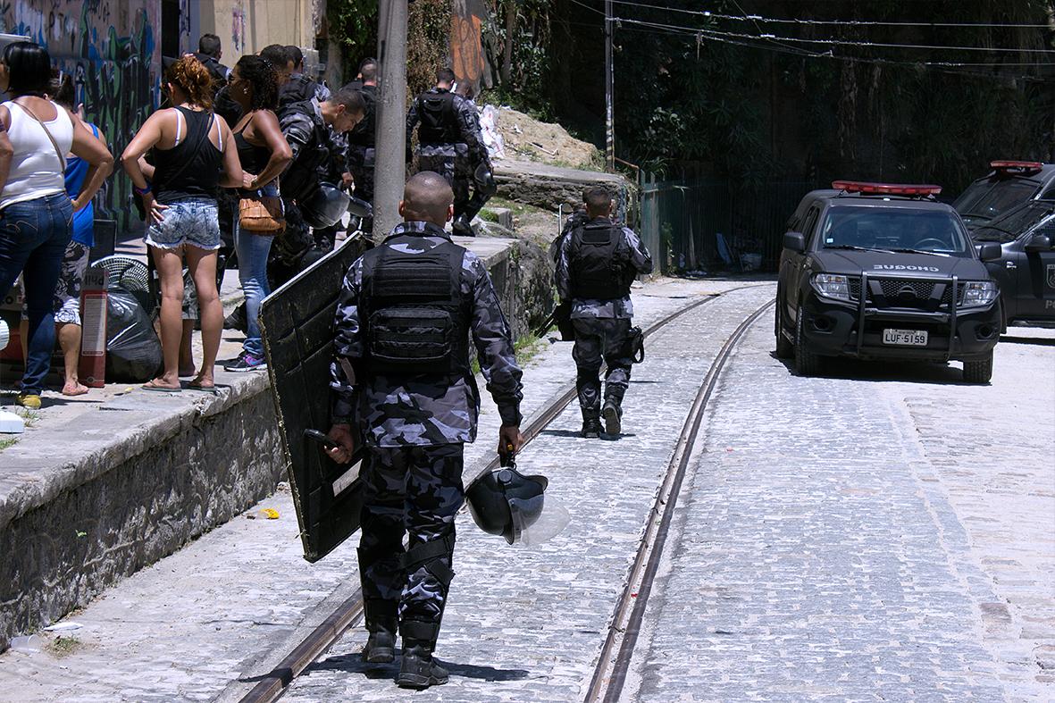 Sem ter para onde ir, moradores negociam — Foto: Rafael Daguerre