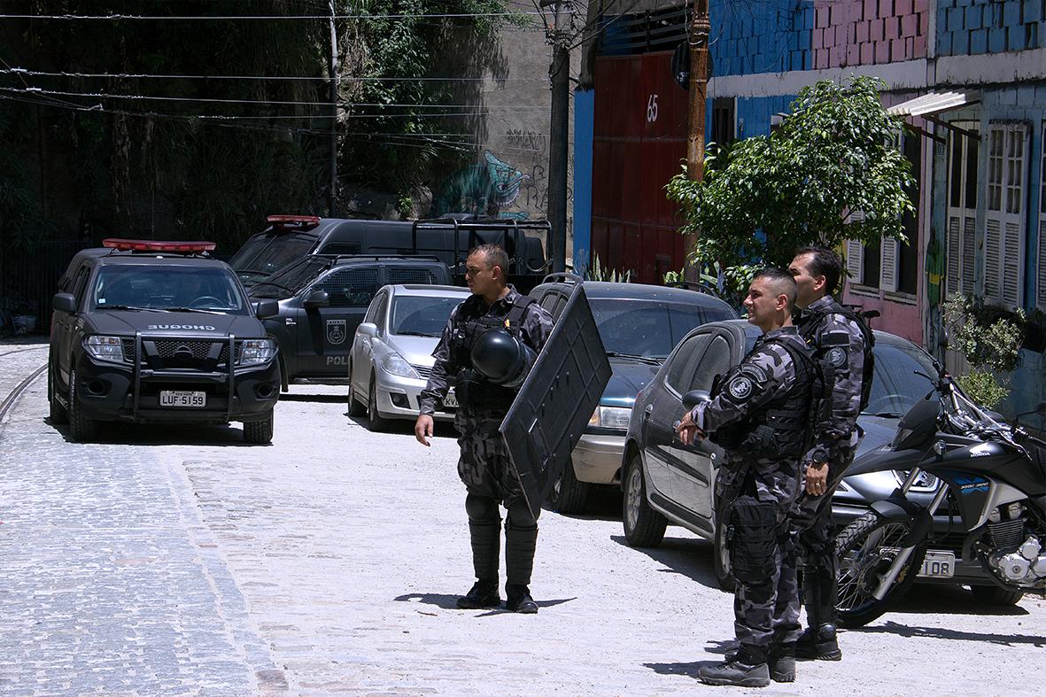 Forte repressão policial para despejar as famílias da ocupação — Foto: Rafael Daguerre