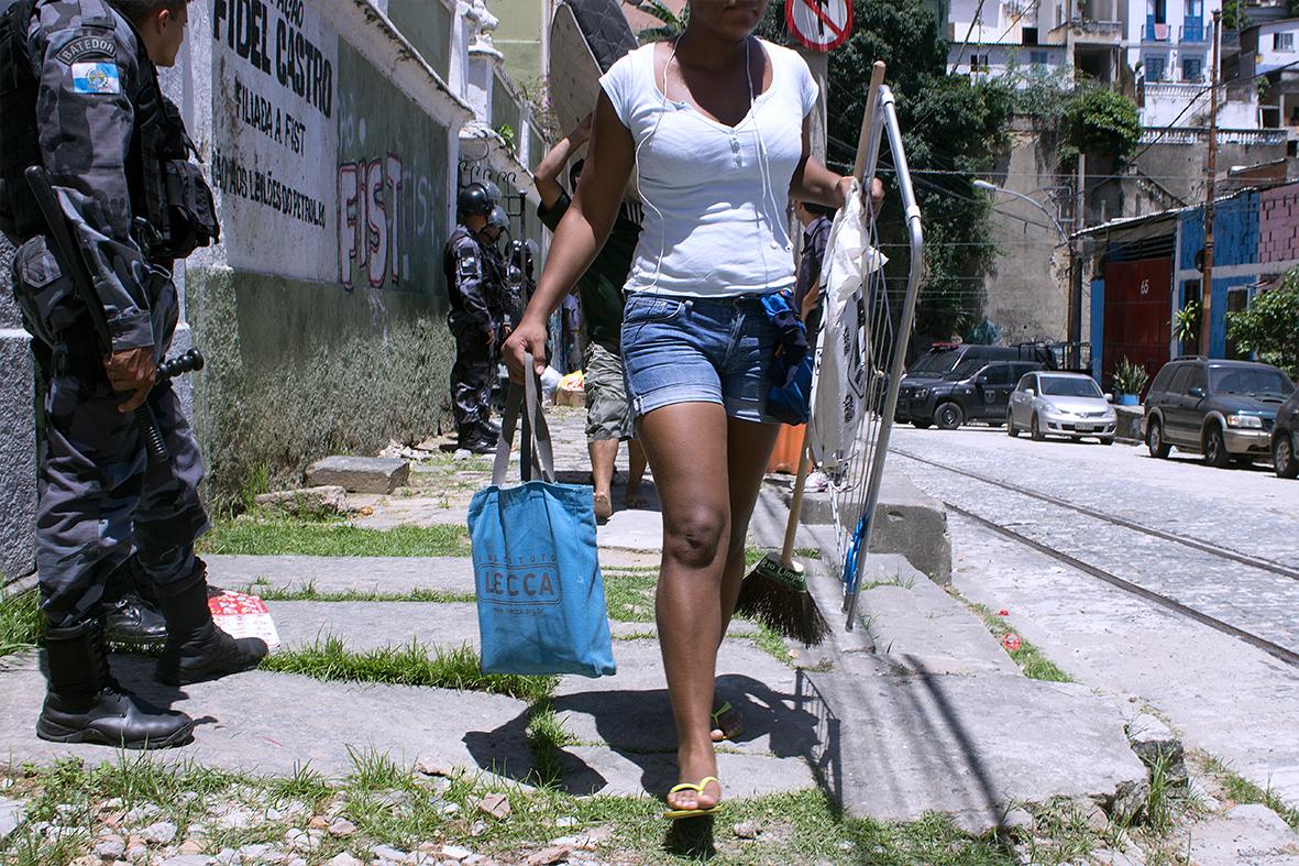 Moradora carrega suas coisas para fora da Ocupação Fidel Castro — Foto: Rafael Daguerre