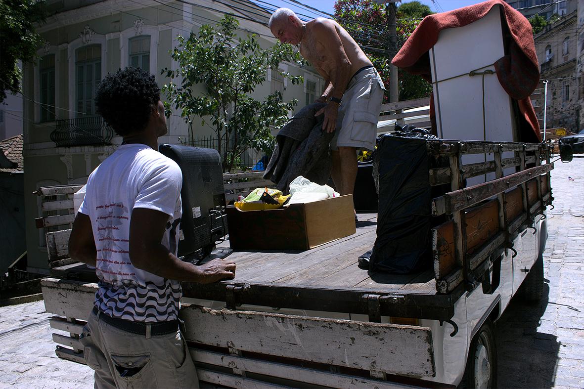 Morador coloca seus pertences em uma Kombi de frete — Foto: Rafael Daguerre