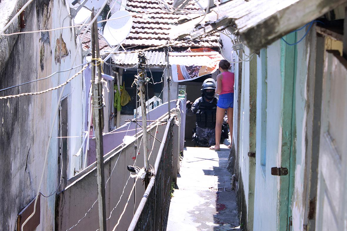 Polícia de Choque invade Ocupação Fidel Castro em Santa Teresa — Foto: Rafael Daguerre