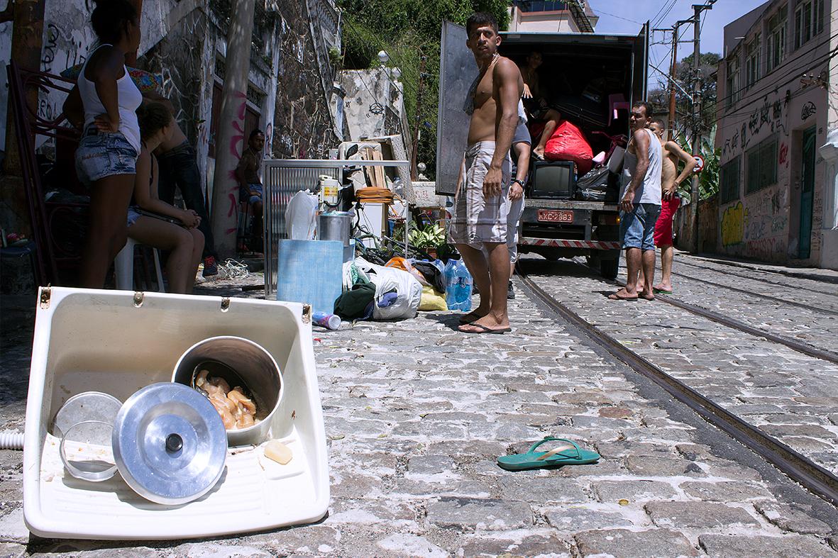 Moradores são obrigados a contratar frete para não perder seus pertences — Foto: Rafael Daguerre