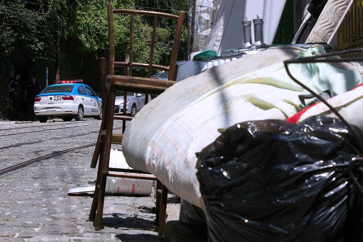 Despejo é garantido com força policial contra os moradores — Foto: Rafael Daguerre