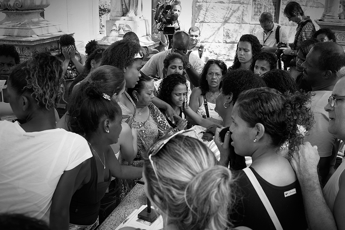 Forte comoção durante o enterro de Ruan Bruno, 13 de dezembro de 2015 — Foto: Rafael Daguerre