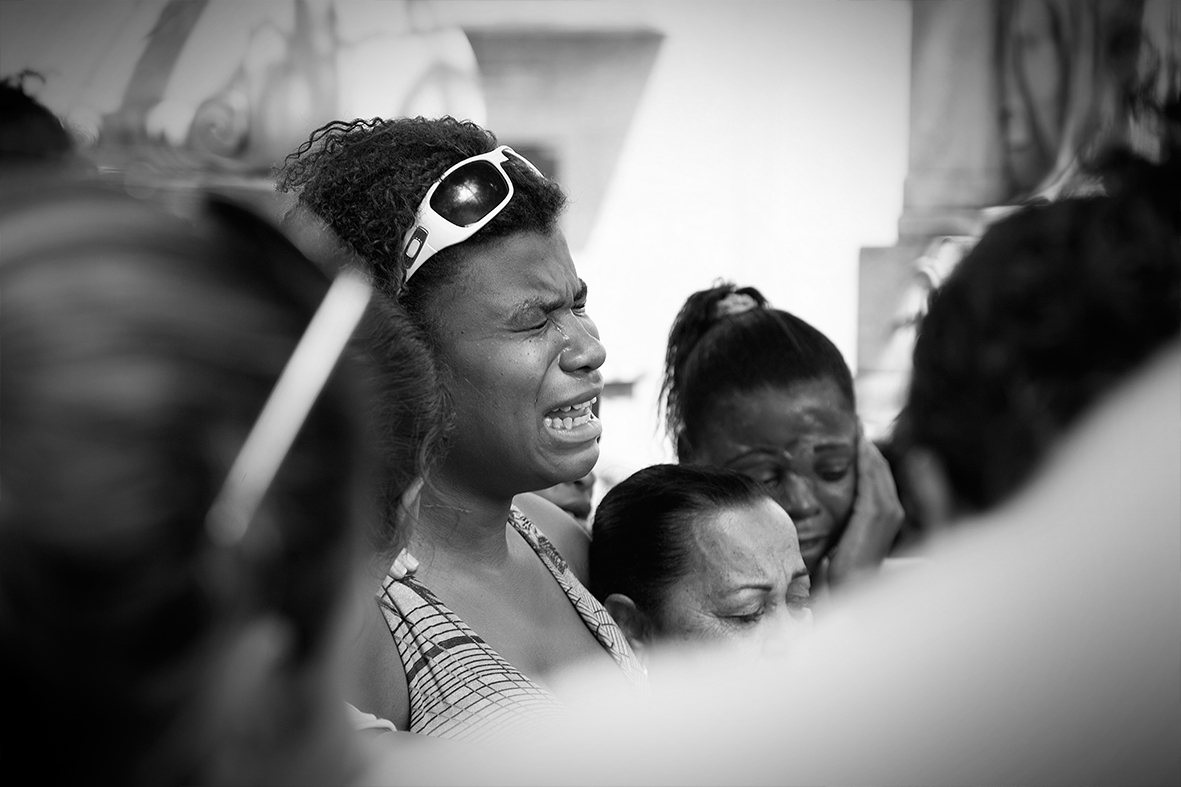 Gabriela Gomes, mãe de Ruan, chora durante o enterro do filho, 13 de dezembro de 2015 — Foto: Rafael Daguerre