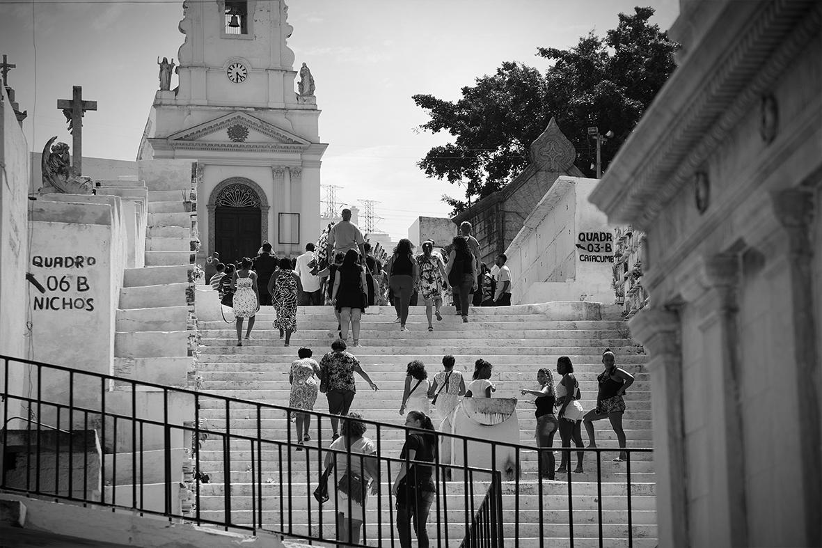 Familiares e amigos caminham para o enterro de Ruan Bruno, no Cemitério do Catumbi — Foto: Rafael Daguerre