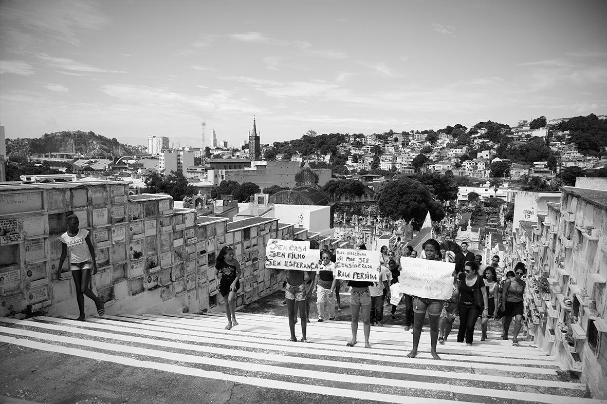 Moradores protestam durante o enterro de Ruan, no Cemitério do Catumbi — Foto: Rafael Daguerre