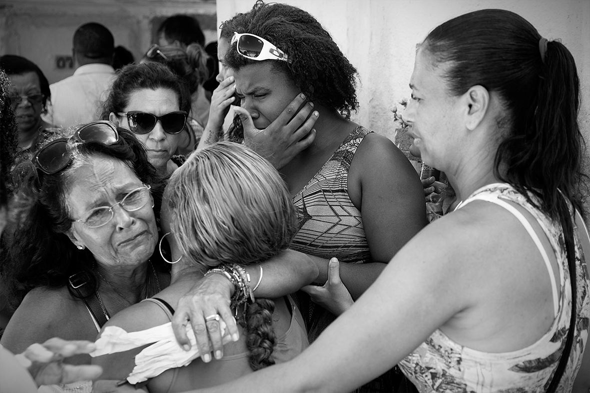A mãe, Grabriela Gomes, chora cercada de familiares e amigos durante o enterro de Ruan Bruno, no Cemitério do Catumbi, 13 de dezembro de 2015 — Foto: Rafael Daguerre