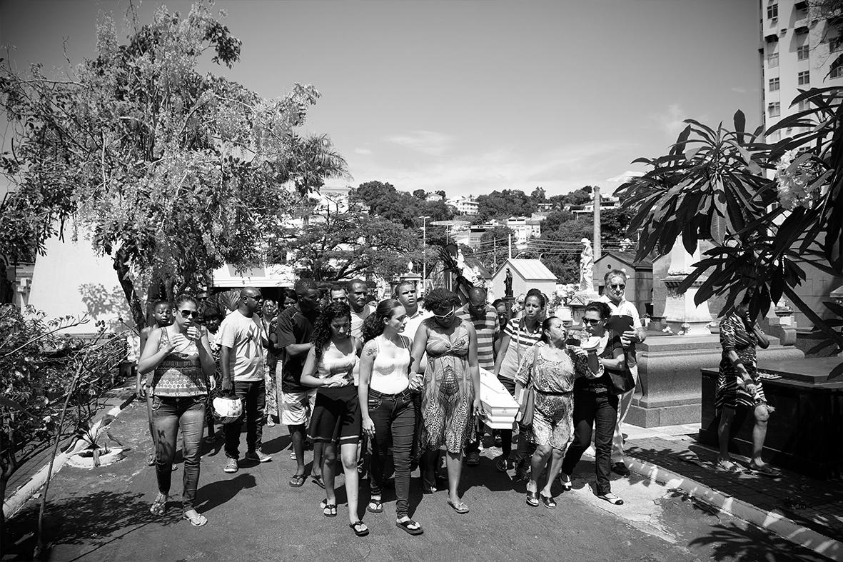 Grabriela Gomes e familiares carregam o caixão de Ruan, no Cemitério do Catumbi — Foto: Rafael Daguerre