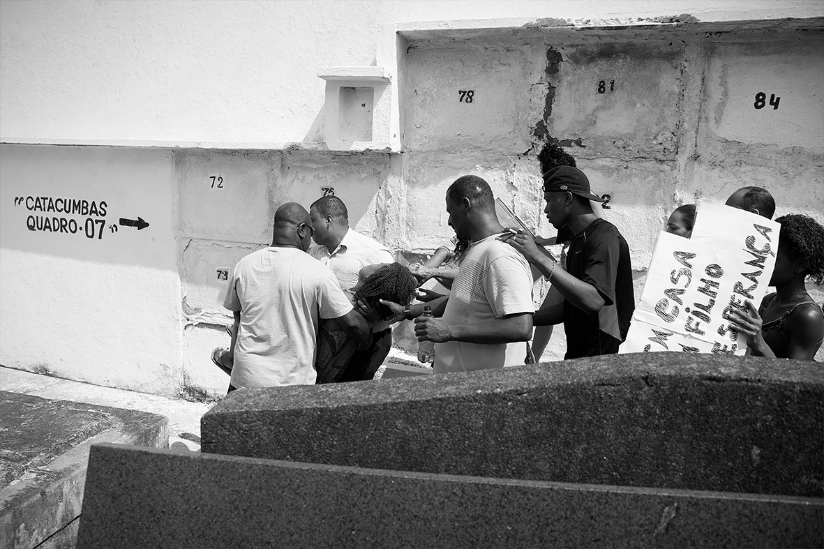 A mãe, Grabriela Gomes, desmaia após enterrar o próprio filho de apenas 2 anos de idade, no Cemitério do Catumbi, em 13 de dezembro de 2015 — Foto: Rafael Daguerre