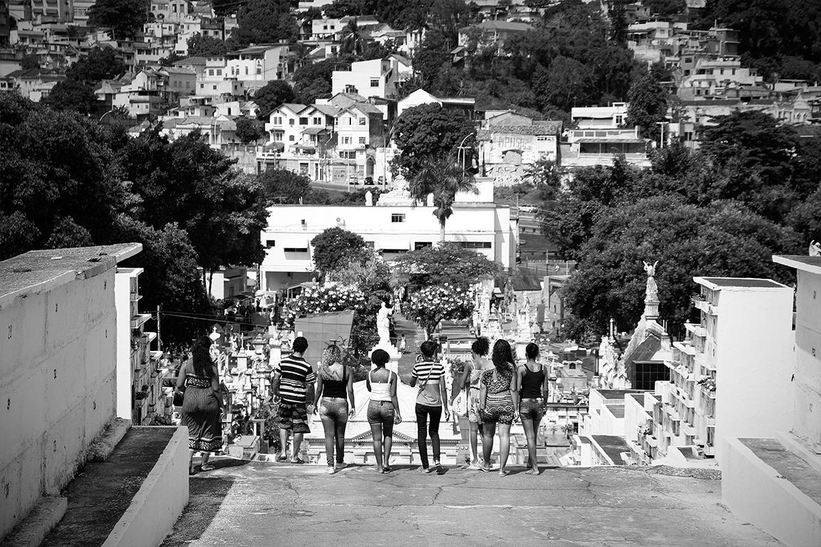 Familiares e amigas no caminho para casa, após o enterro de Ruan, no Cemitério do Catumbi — Foto: Rafael Daguerre