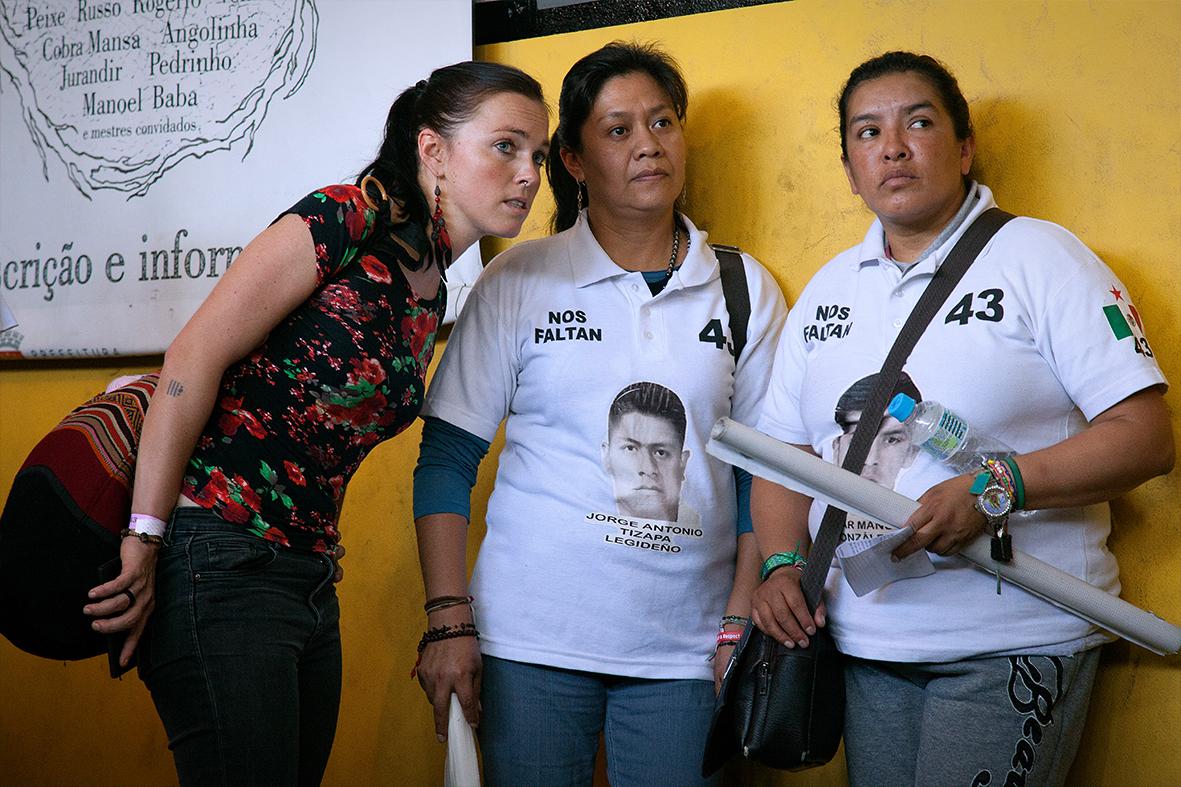Familiares dos estudantes desaparecidos no Museu da Maré com tradutora — Foto: Rafael Daguerre