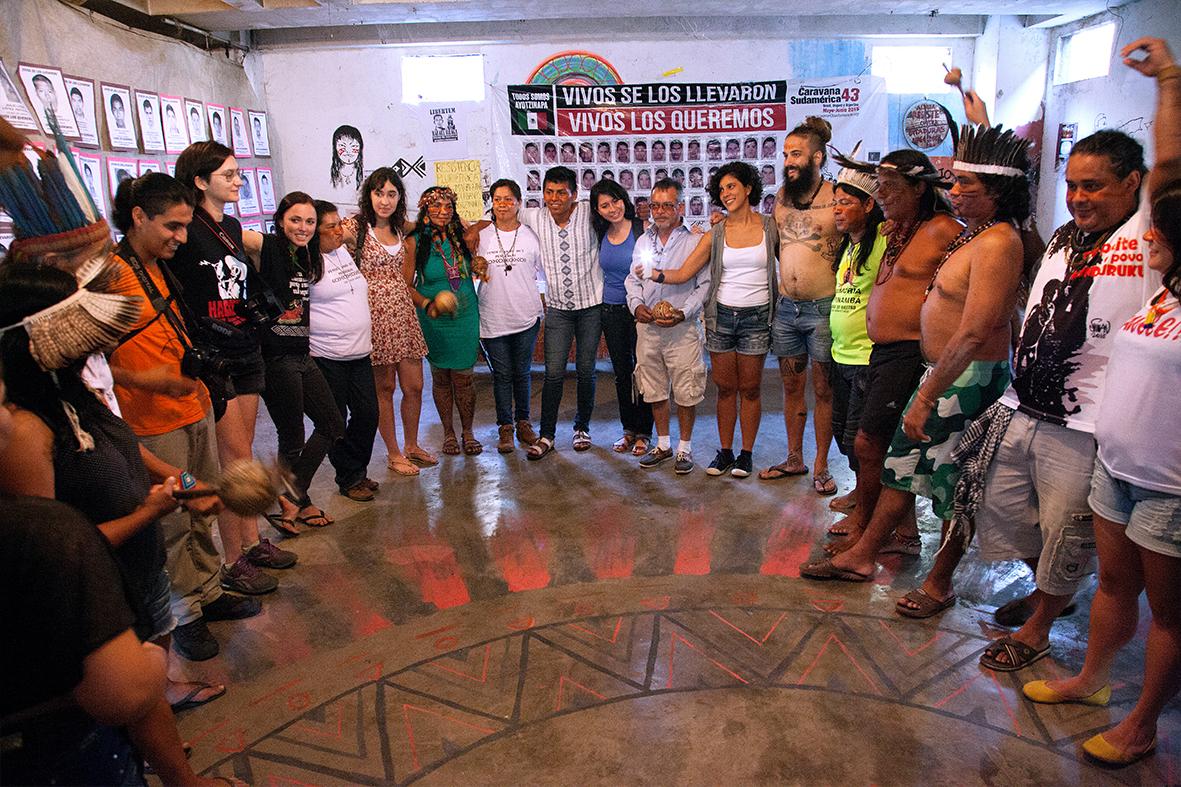 Familiares dos estudantes desaparecidos no CESAC com a Aldeia Maracanã — Foto: Rafael Daguerre