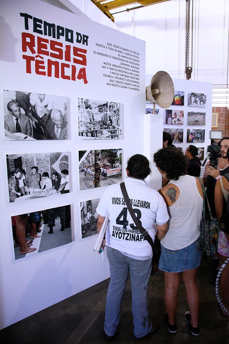 Familiares dos estudantes desaparecidos no Museu da Maré — Foto: Rafael Daguerre