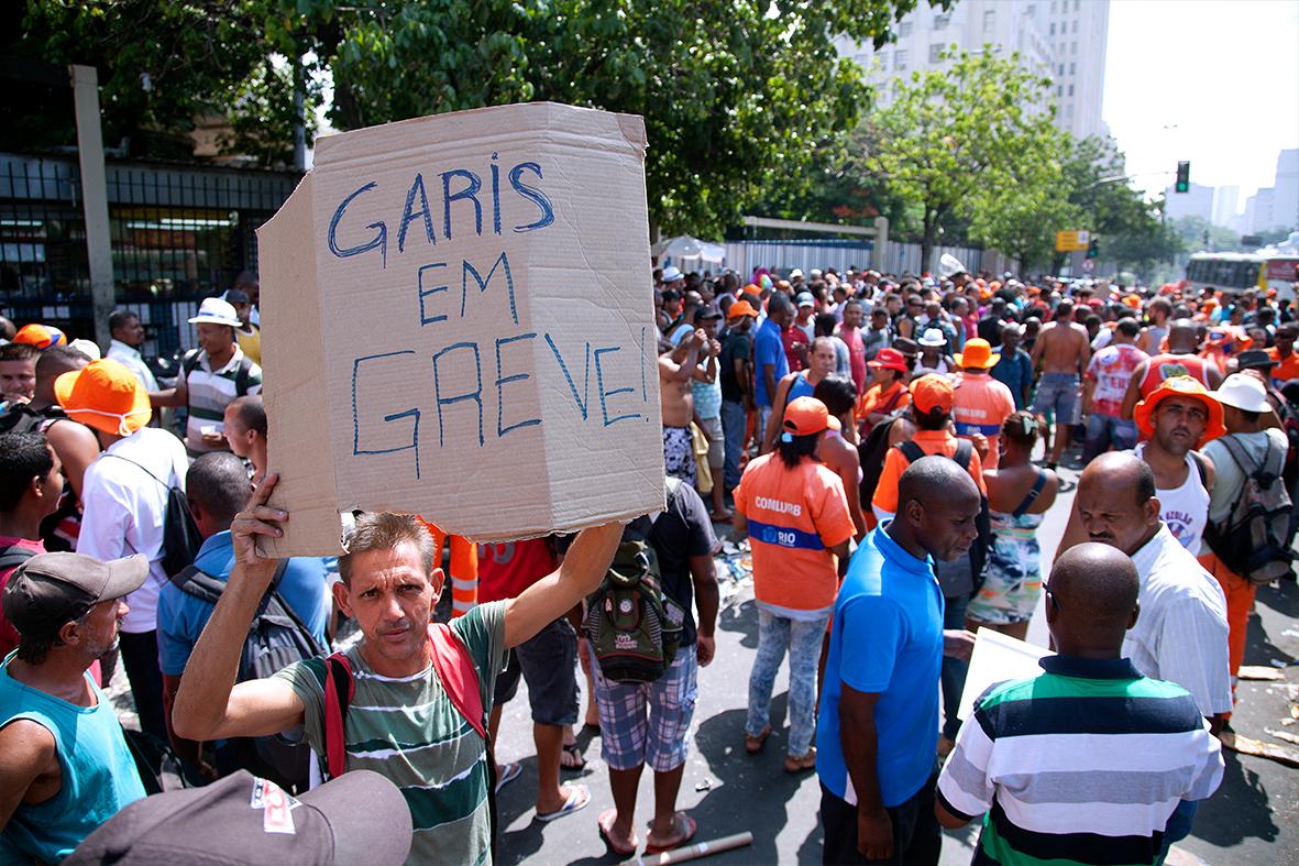 Garis protestam na Central do Brasil, região do Centro do Rio — Foto: Rafael Daguerre