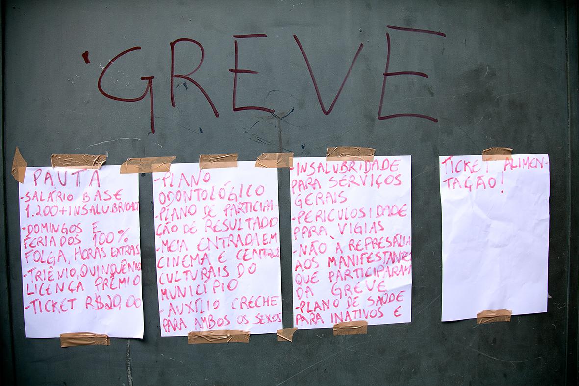 Garis penduram as reivindicações na entrada de um dos locais de trabalho no Rio Comprido — Foto: Rafael Daguerre