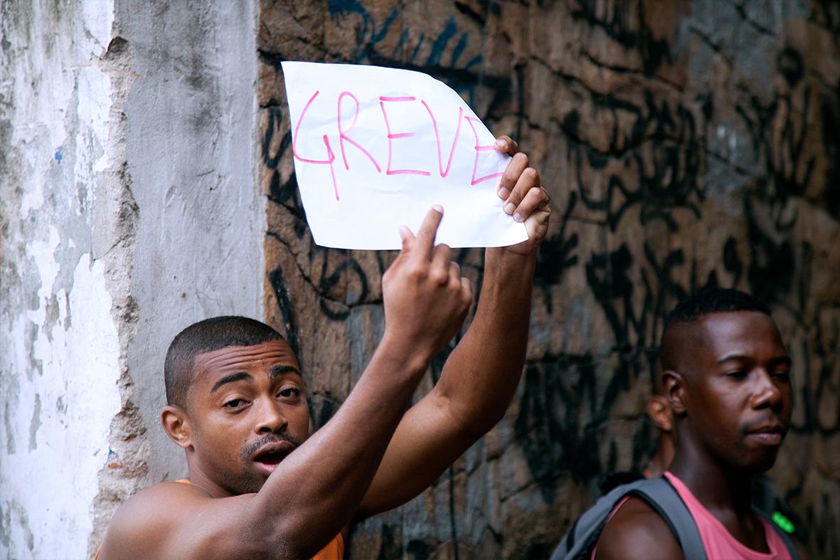 """Gari carrega cartaz """"GREVE"""" informando a paralisação da categoria na região central da cidade — Foto: Rafael Daguerre"""