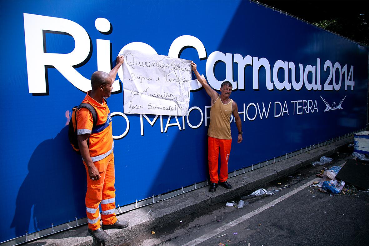 Garis protestam no Centro do Rio em frente a propaganda do Carnaval — Foto: Rafael Daguerre