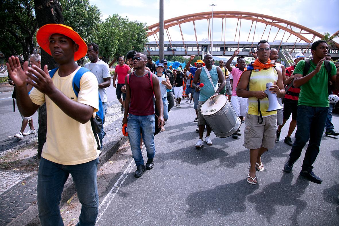 Garis fecham a Avenida Presidente Vargas, durante protesto no Centro do Rio — Foto: Rafael Daguerre