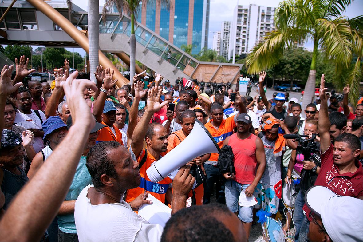 Garis protestam em frente à Prefeitura, no Centro do Rio — Foto: Rafael Daguerre