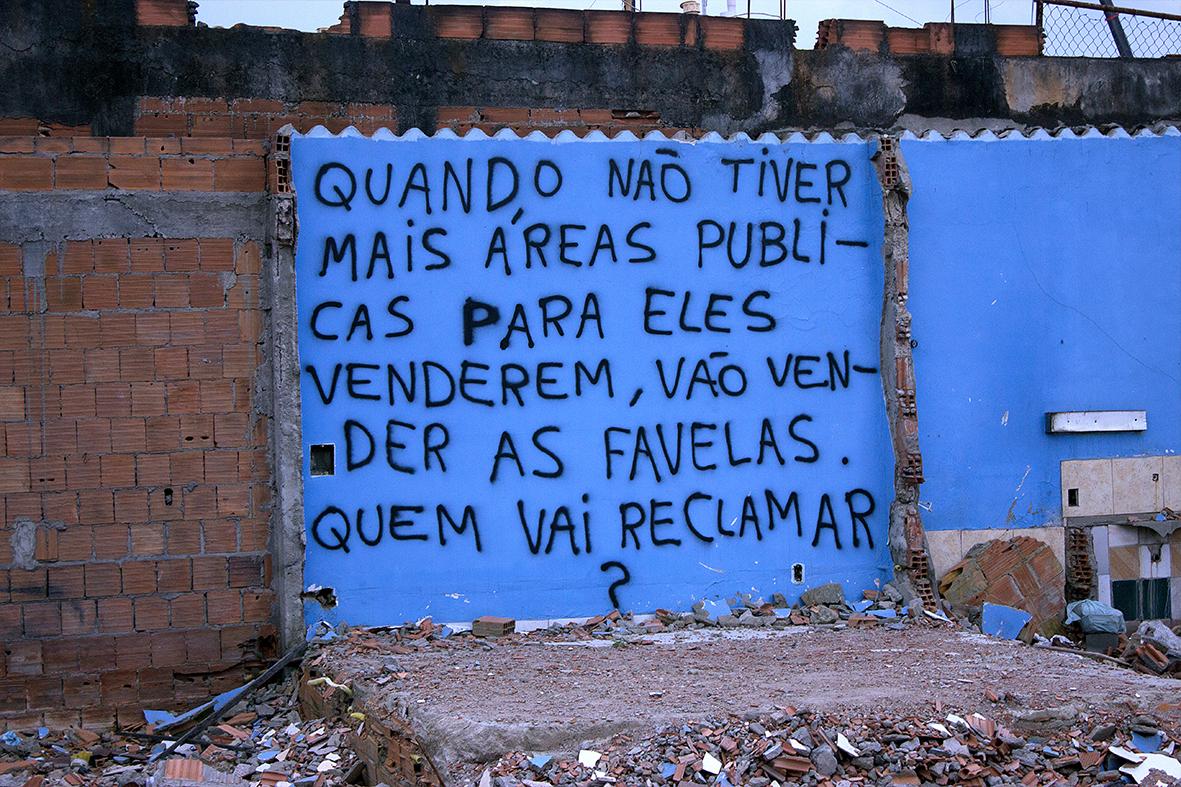 Pichações simbolizam a resistência dos moradores da Vila Autódromo, dezembro de 2015 — Foto: Rafael Daguerre