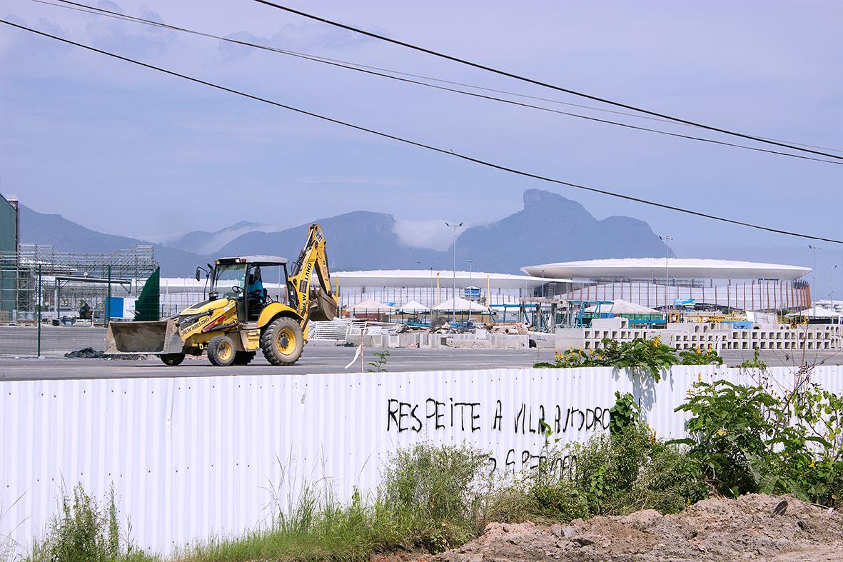 Obras do Parque Olímpico ao lado dos escombros das casas destruídas pela prefeitura na Vila Autódromo — Foto: Rafael Daguerre