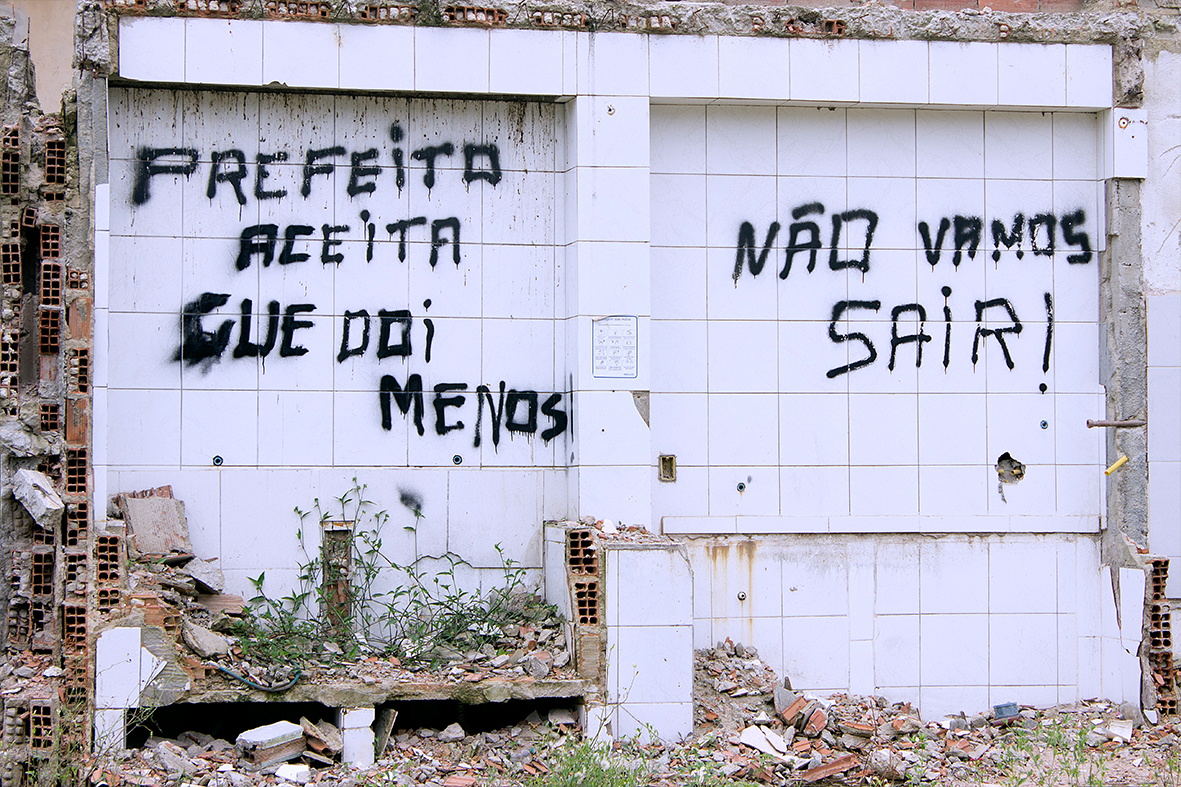 Pichações simbolizam a resistência dos moradores da Vila Autódromo, 12/12/2015 — Foto: Rafael Daguerre