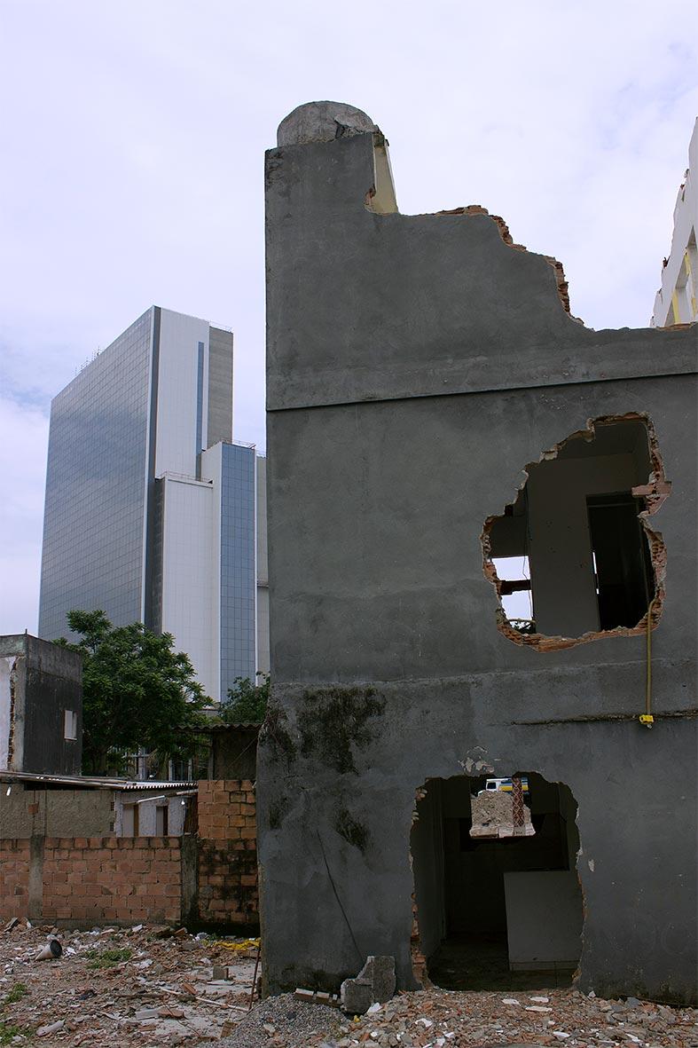 Casas destruídas pela prefeitura do Rio na Vila Autódromo contrastam com os gigantescos empreendimentos para as Olimpíadas — Foto: Rafael Daguerre